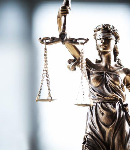 Dieses Bild zeigt die Justitia und verdeutlich die rechtlichen Implikationen der Auftragsverarbeitung, auch AVV abgekürzt.